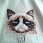 Вышивка кот в кармане на рубашке